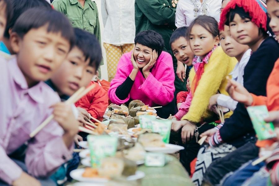 Hoa hậu H'Hen Niê tặng quà Tết cho học sinh Sơn La